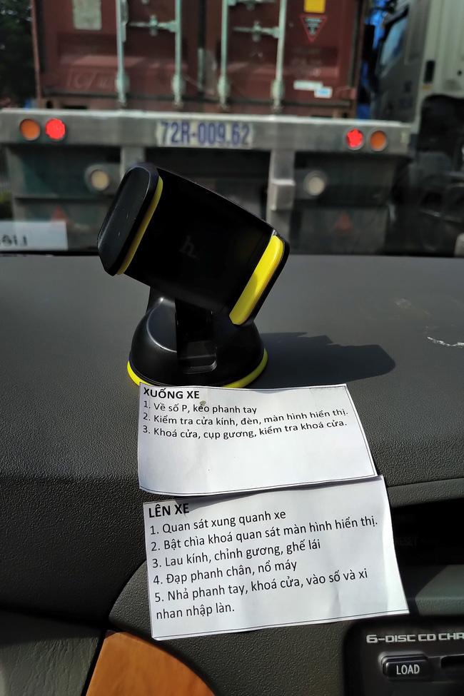 Bảng hướng dẫn chi tiết lái xe ô tô chồng soạn riêng cho vợ khiến ai xem cũng bất ngờ, nhiều chị em chắc sẽ thấy mình trong đó - Ảnh 1