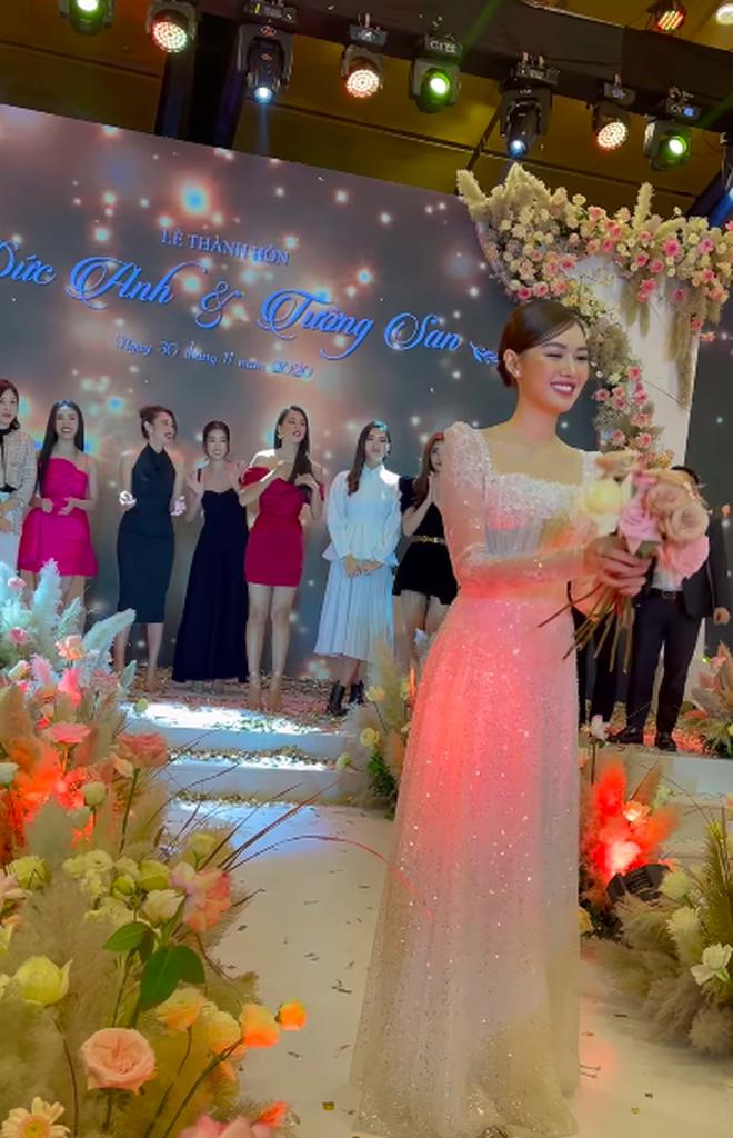 Dở khóc dở cười: Tiểu Vy bắt được hoa cưới từ Tường San nhưng vì sao vội vã dúi ngay vào tay Đỗ Mỹ Linh? - Ảnh 1