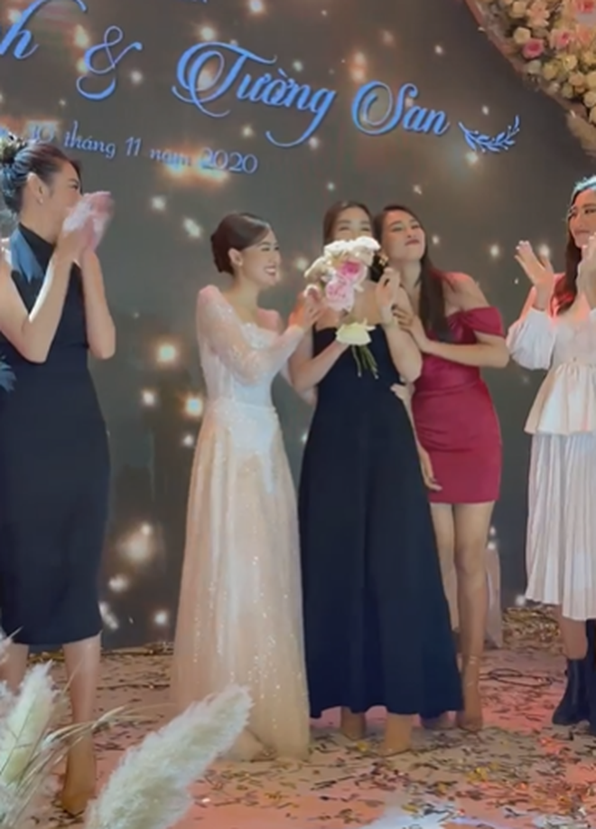 Dở khóc dở cười: Tiểu Vy bắt được hoa cưới từ Tường San nhưng vì sao vội vã dúi ngay vào tay Đỗ Mỹ Linh? - Ảnh 2