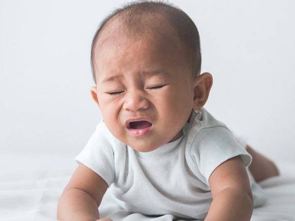 Bác sĩ giải đáp: Có nên lo lắng khi em bé mới sinh hắt hơi liên tục hay không?