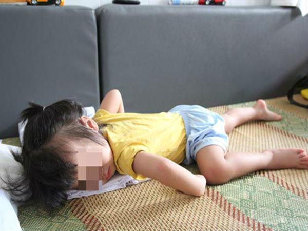 Bé gái 4 tuổi ngủ trưa gọi mãi không dậy, bà hối hận khi biết nguyên nhân tại mình