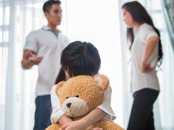Bé gái 6 tuổi nhìn thấy bố liền trốn kĩ, nguyên nhân khiến người mẹ chẳng thể ngờ