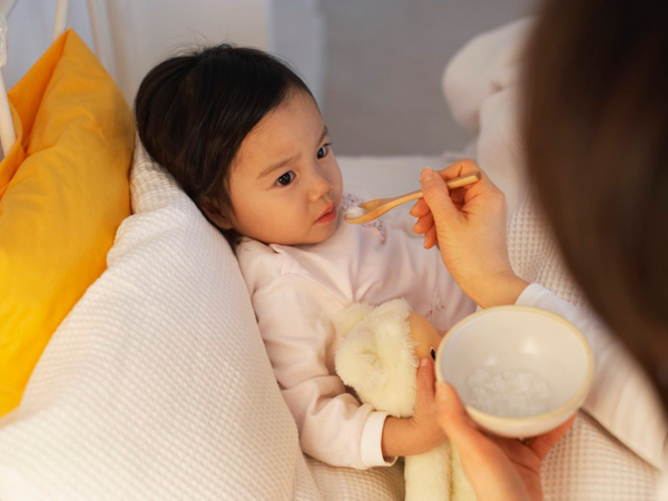 Bé gái bị ngộ độc thực phẩm sau khi được mẹ cho ăn miếng cơm cuộn ngoài hàng