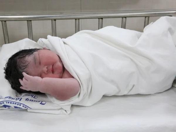 Bé gái chào đời nặng 6 kg, mang thai to nguy hiểm thế nào?