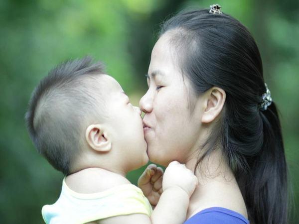 Bị người lạ hôn, bé 4 tuần tuổi mắt sưng phồng, chảy nước, giành giật sự sống