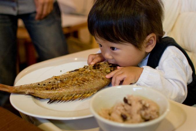 Bố Hà Nội quen tay cho con ăn trong lúc chơi khiến bé bị hóc nguy hiểm
