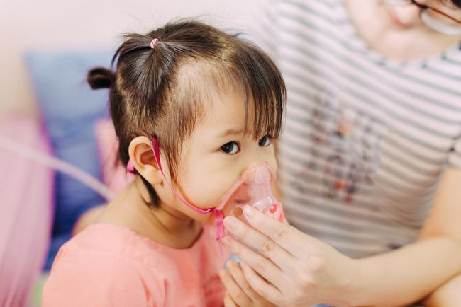 Bố mẹ có biết: Thói quen tưởng vô hại này cũng có thể khiến trẻ mắc bệnh viêm phổi - Ảnh 2