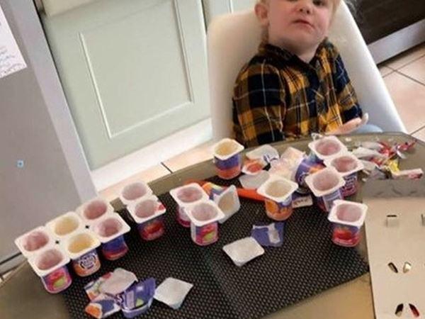 """Bố vừa rời đi trong 10 phút, con gái 3 tuổi đã """"tẩu tán"""" sạch bách... 18 hộp sữa chua"""