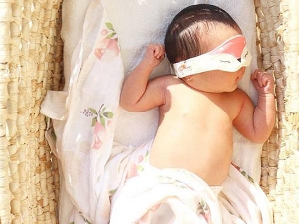 Cách tắm nắng cho trẻ sơ sinh giúp hấp thụ vitamin D lại không hại da