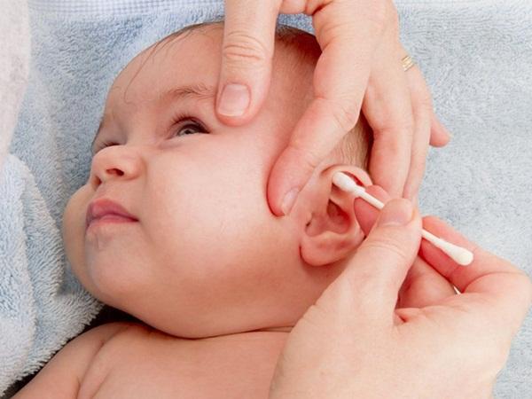 Cách vệ sinh và chăm sóc khi trẻ bị viêm tai giữa