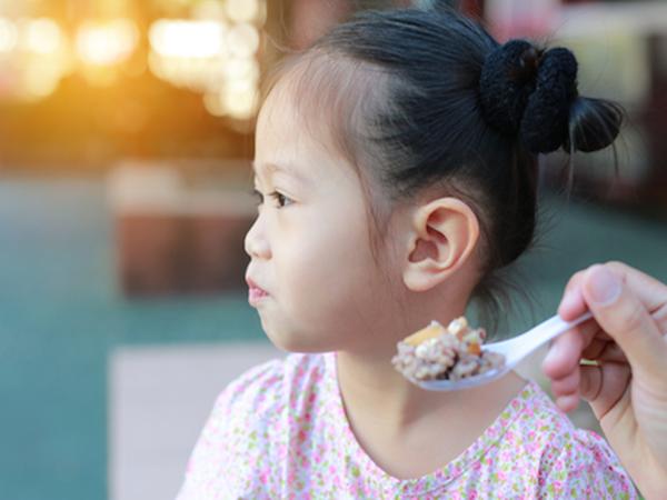 Cha mẹ thông thái học cách hiểu ngôn ngữ của trẻ trên bàn ăn qua 5 dấu hiệu này