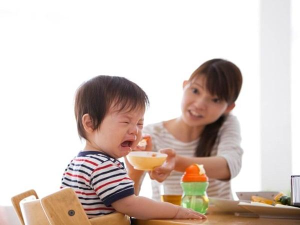 Cháu 7 tháng lười ăn, bà nội xúc lại ăn lia lịa, mẹ biết lý do thì khóc vì tức