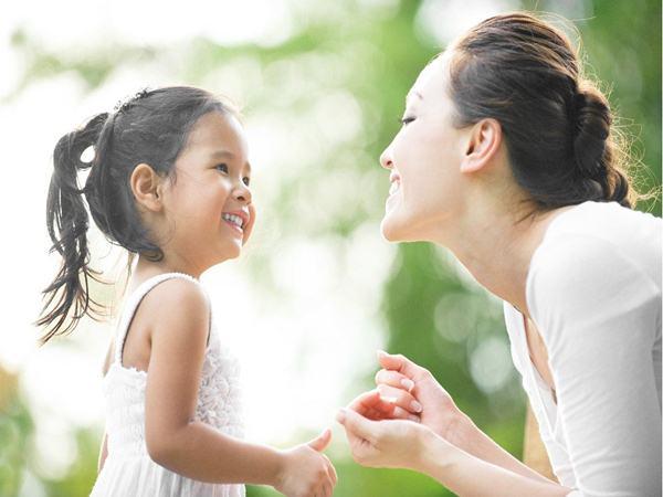 Chỉ mất một phút, con gái 3 tuổi đã cho mẹ một bài học về sự tha thứ