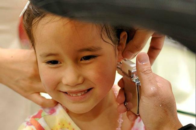 Chỉ với việc xỏ khuyên tai, ông bố đã dạy con gái một bài học quan trọng - Ảnh 2