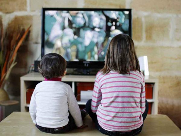 Cho trẻ xem tivi nhiều tưởng cha mẹ NHÀN hóa ra lại HẠI CON thế này, cha mẹ không biết sẽ ân hận