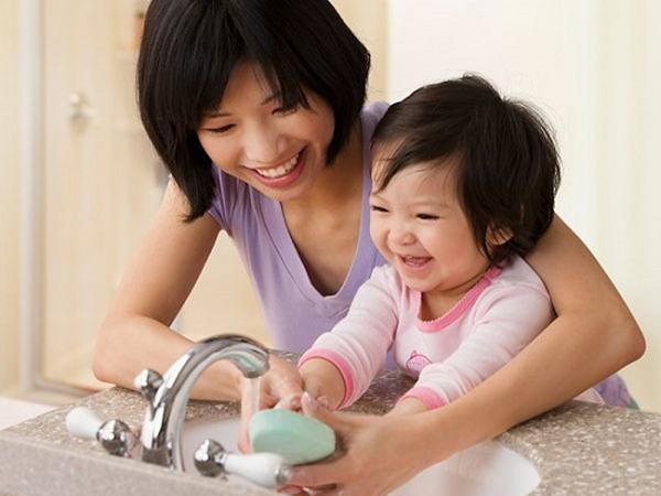 """Cô giáo mầm non dạy trẻ kỹ năng lau chùi sau khi đi vệ sinh, nhưng mọi người không nhịn được cười vì khoản """"tiết kiệm"""" của cô"""