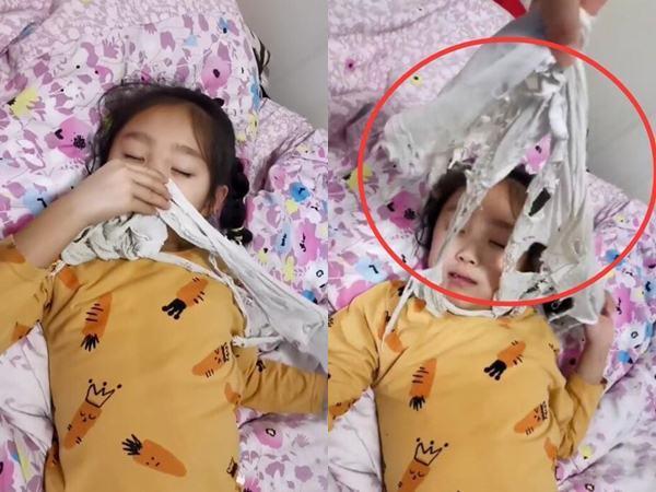 Con gái đi ngủ luôn cầm chặt chiếc áo phông trắng đã rách nát, mẹ tìm hiểu thì bất ngờ với nguyên do