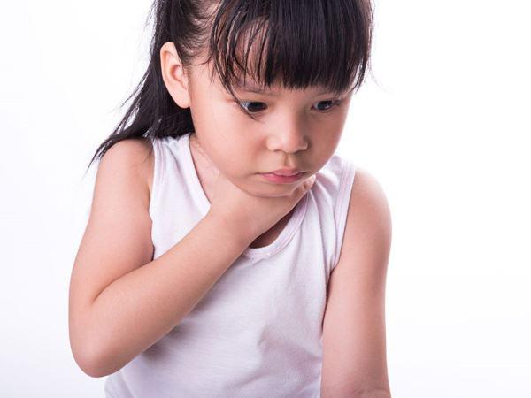 Con gái khóc lóc vật vã và nôn mửa, bố mẹ đưa đi viện thì rụng rời tay chân khi biết thực quản con bị cháy do thứ dị vật quen thuộc này mắc trong đấy