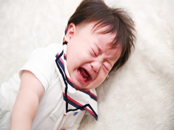 Con trai ngã lộn cổ từ trên cầu thang xuống, phản ứng nhanh nhạy của người mẹ khiến ai cũng phục sát đất