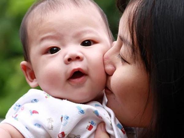 Con viêm phổi nặng vì mẹ thích hôn miệng