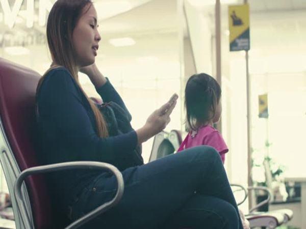 Dán mắt vào điện thoại ở nơi công cộng, mẹ để lạc mất con khiến cả gia đình phải đi tìm trong sợ hãi