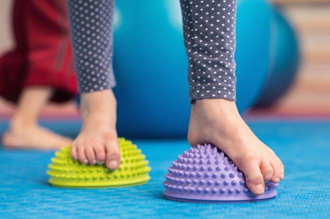 Dấu hiệu lạ ở bàn chân con cảnh báo hiện tượng mà 30% trẻ em Châu Á đang mắc phải - Ảnh 6