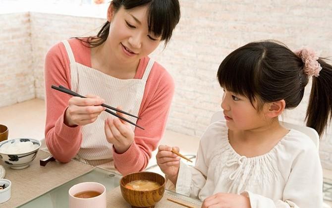 Dạy bé dùng đũa không hề khó nếu mẹ làm theo 5 bước cơ bản dưới đây - Ảnh 6
