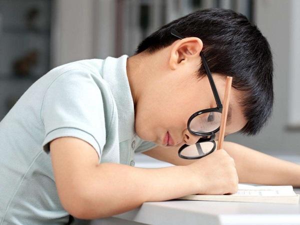 Để bảo vệ mắt khi phải học online nhiều, bố mẹ đừng quên dạy con quy tắc 20 - 20 - 20 cực đơn giản này