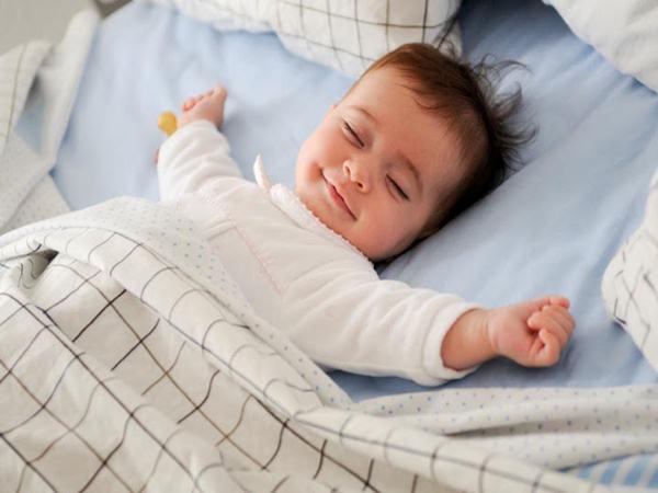 Đến tuổi này cha mẹ nhất định phải cho bé ra ngủ riêng, nếu không muốn con mình chậm phát triển