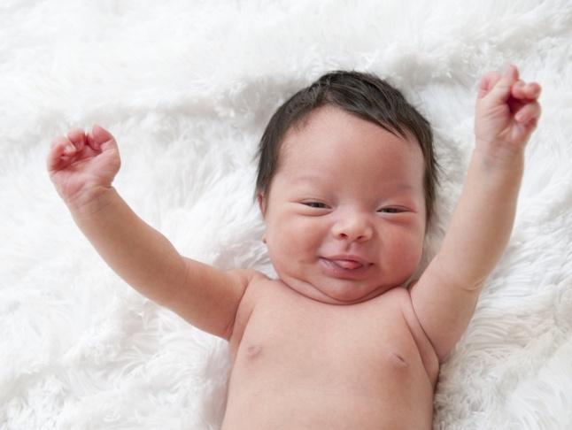 """Hóa giải lý do trẻ thích ngủ với tư thế giơ hai tay """"đầu hàng"""""""