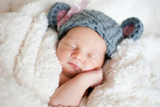 Không phải sờ vào tay hay chân, đây mới là vị trí để nhận biết chính xác nhất nhiệt độ cơ thể trẻ khi ngủ - Ảnh 1