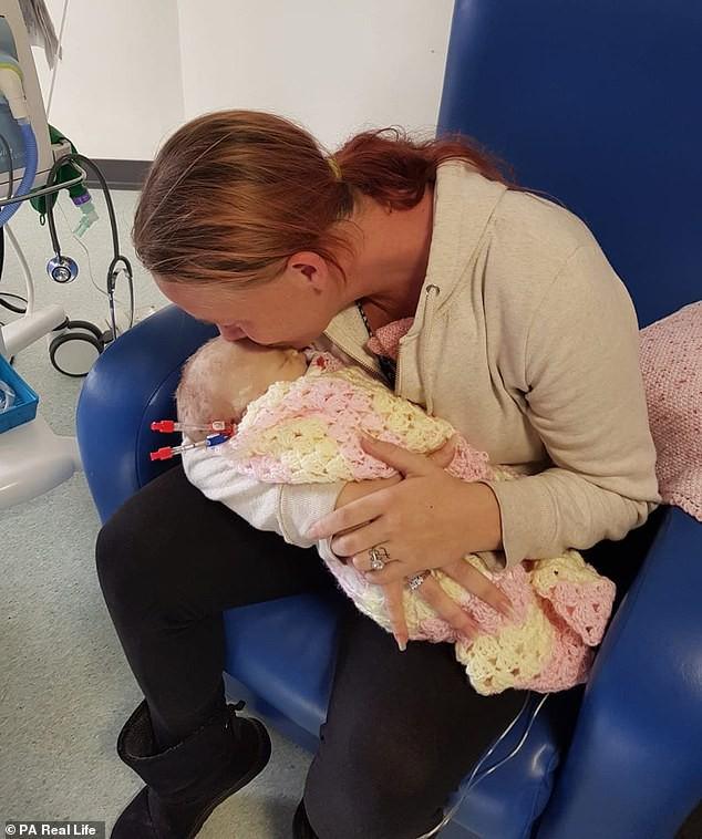 Lại thêm 1 bà mẹ đau đớn mất con mới 14 ngày tuổi vì nụ hôn của người lớn - Ảnh 1