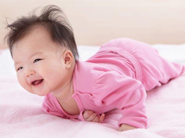 Muốn bé nhanh cứng cáp, phát triển tốt, mẹ không nên bỏ qua bài tập nằm sấp ngay từ khi lọt lòng
