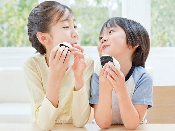 Muốn con không bị cận thị mẹ đừng quên bổ sung những thực phẩm này vào thực đơn của trẻ