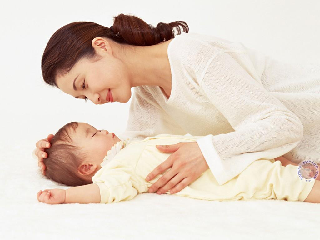 Ngủ cùng mẹ trước 3 tuổi giúp trẻ phát triển tối ưu