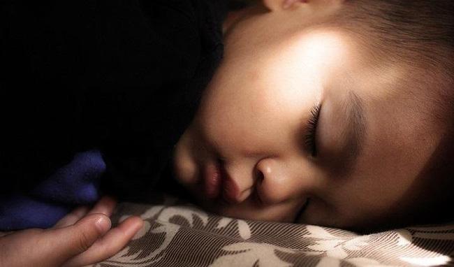 Nhìn số thời gian ngủ cho bé theo từng độ tuổi được khuyến cáo dưới đây, hẳn nhiều mẹ sẽ giật mình vì con đang thiếu ngủ trầm trọng - Ảnh 4