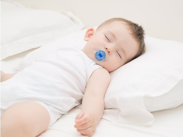 Những nguy cơ trẻ gặp phải nếu nằm gối quá sớm: Cha mẹ cần biết để tránh ngay
