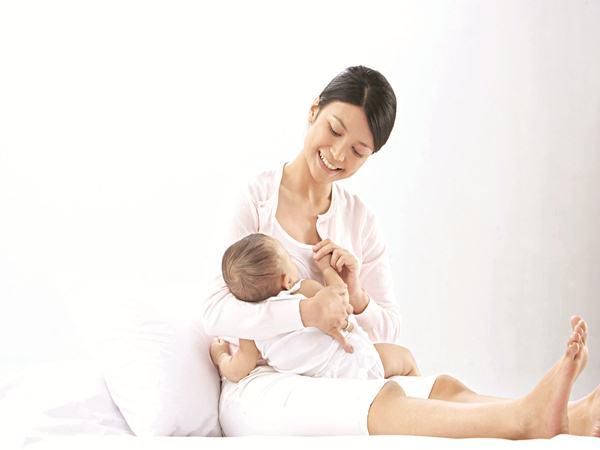 Nuôi con bằng sữa mẹ và những điều mẹ sau sinh cần lưu ý