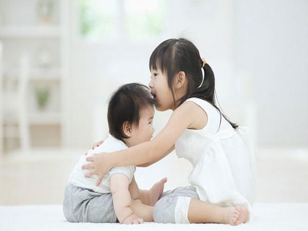 Sai lầm của cha mẹ khi đun sôi nước để nguội cho con uống khiến bé mắc bệnh