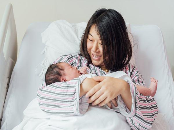 Sau sinh 3 tháng vợ thường xuyên mệt mỏi đi khám bác sĩ nói 1 câu khiến chồng tím mặt