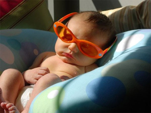 """Suốt ngày giữ con trong nhà là """"dại"""", hãy cho trẻ tắm nắng bổ sung vitamin D để bé khỏe mạnh thông minh"""