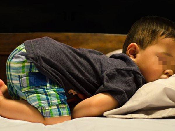 """Thấy học sinh ngủ tư thế lạ, cô giáo lật giở thì """"chết lặng"""" khi nhìn đôi tay bé"""