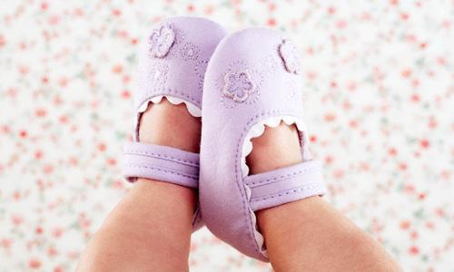 Thời tiết se lạnh có nên đeo bao tay bao chân cho trẻ sơ sinh thường xuyên? - Ảnh 2