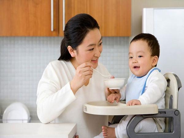 Trẻ còi cọc, chậm lớn, thiếu chất trầm trọng chỉ vì mẹ nấu những thứ này trong cùng một nồi cháo