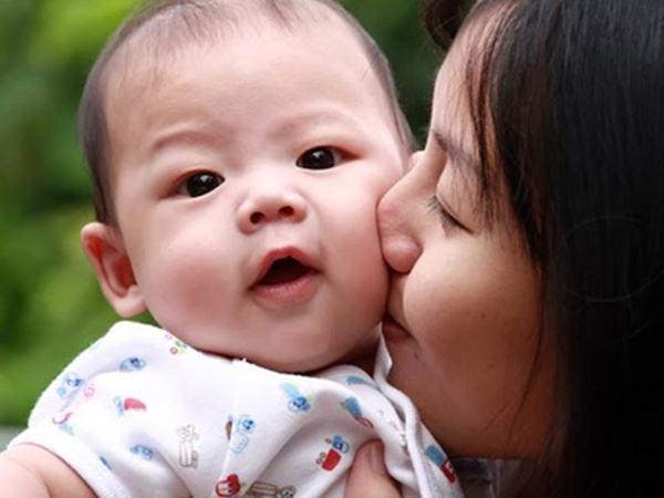 Trẻ gặp nguy hiểm tính mạng vì nụ hôn của người lớn