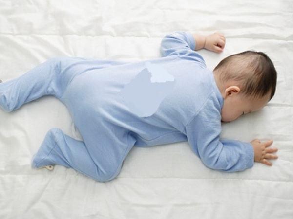 Trẻ sơ sinh nằm ngủ ở tư thế này tăng nguy cơ nghẹt thở, ảnh hưởng hô hấp, cha mẹ cần đặc biệt chú ý