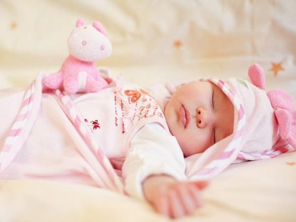 Trời lạnh, bé sơ sinh viêm phổi sau giấc ngủ chỉ vì bà nội cho mặc loại quần áo này