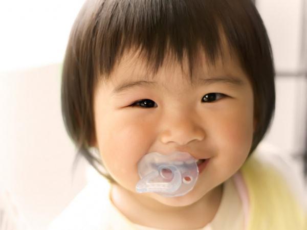 Trước 3 tuổi, bố mẹ cần dứt khoát 'cai' 3 món đồ để không gây hại cho sức khỏe con