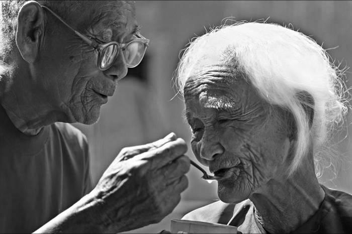 Câu chuyện của đôi vợ chồng hạnh phúc tuổi xế chiều khiến nhiều người ấm lòng - Ảnh 1