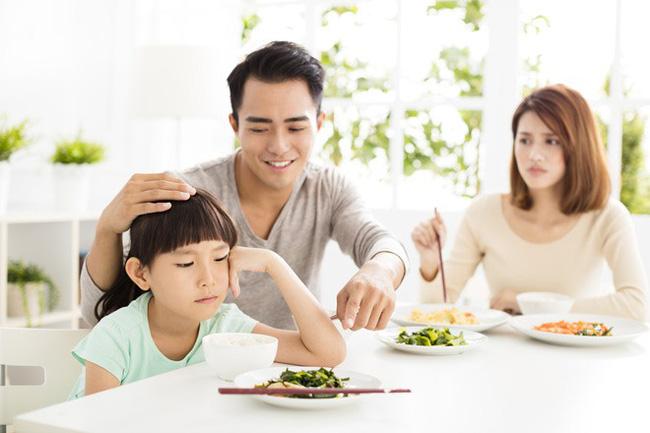Việc nên và không nên làm với con khi ăn uống, tưởng đơn giản nhưng không phải ai cũng biết - Ảnh 1